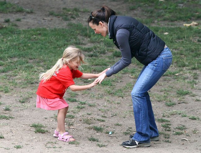Jennifer Garner black vest, gray long sleeved tshirt, tennis shoes, athletic shoes, jeans, sunglasses, violet affleck