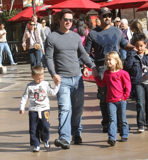 Mark Wahlberg, gray shirt, jeans, boots, sunglasses