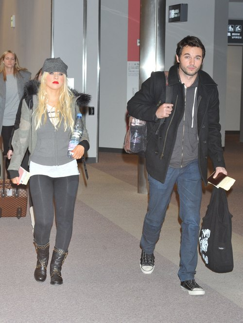 christina aguilera, gray sweatshirt,, gray hat, boots, black leggings, matt rutler