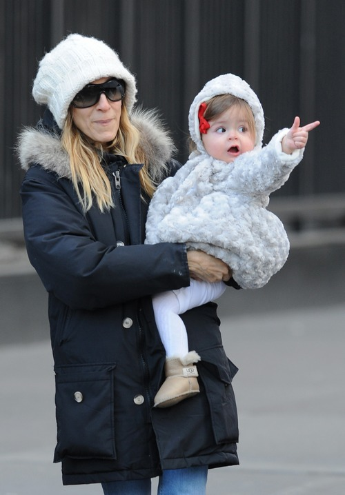 Sarah Jessica Parker, black coat, gray knit hat, sunglasses
