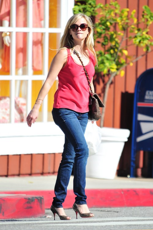 Reese Witherspoon, sunglasses, tank top, jeans