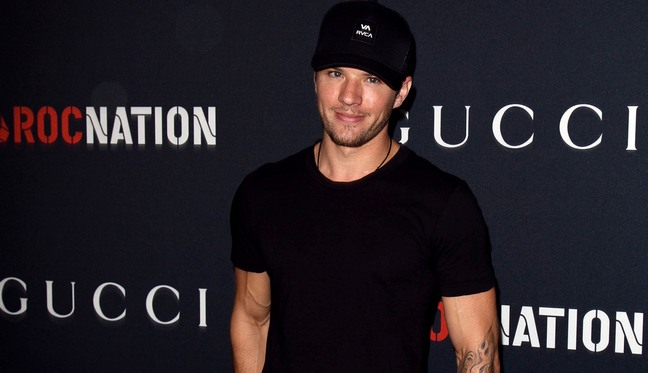 Ryan Phillippe, black shirt, baseball hat