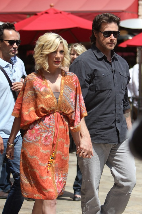 tori spelling orange dress