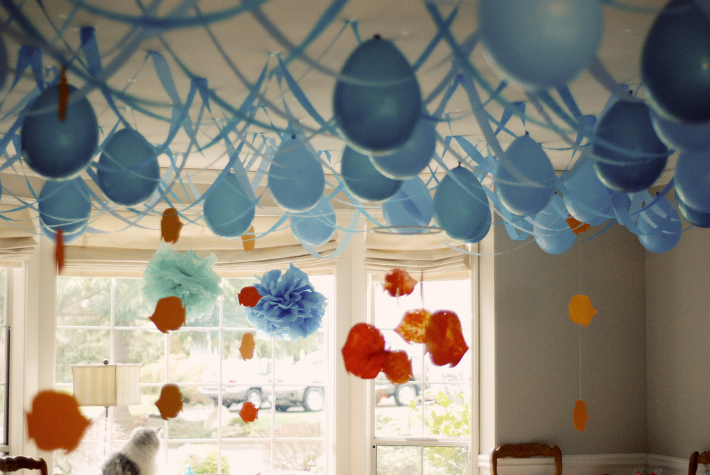 Upside down balloons a fun party twist for Balloon and streamer decoration ideas