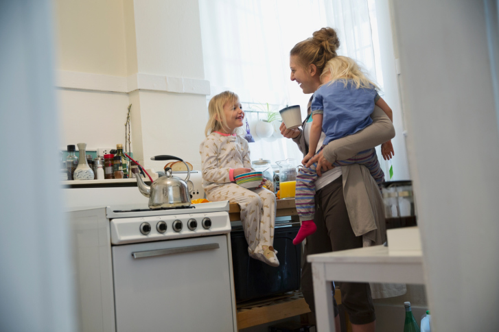 mother-kids-eating-in-kitchen
