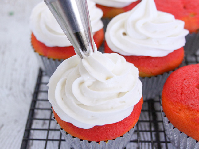 white buttercream icing cupcakes