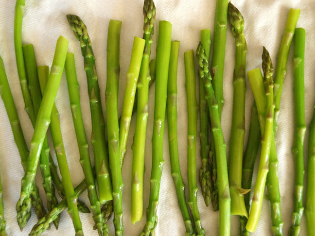 green-asparagus-white-paper towel