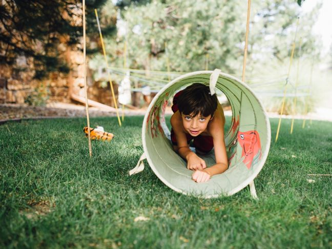 tunnel-crawl-diy-outdoor-obstacle-course-for-kids