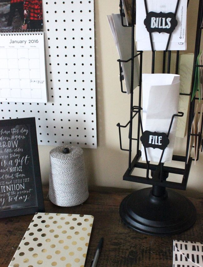 desk-organization-black-white-chalkboard-labels