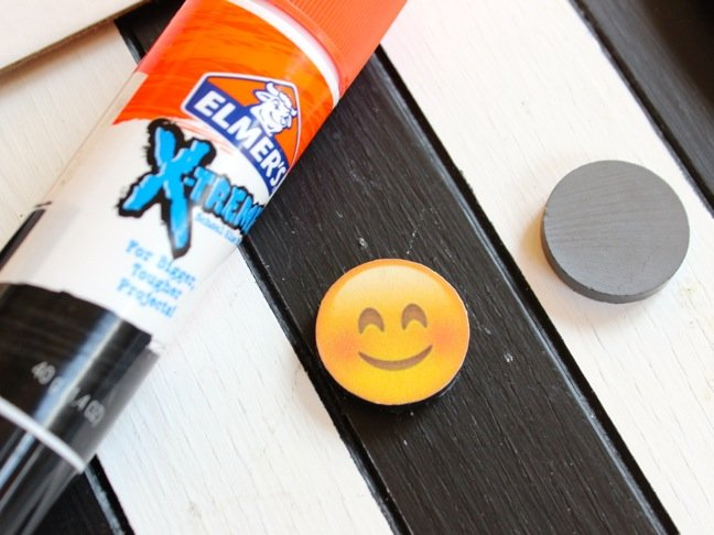 emoji-smiley-face-with-elmers-glue